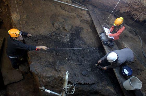 Restos de hogueras en la Cueva de Santimamiñe