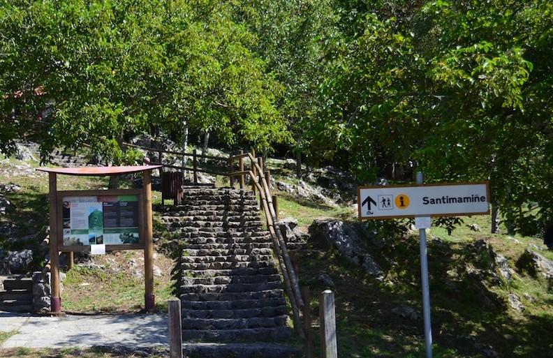 Entrada hacía la Cueva de Santimamiñe desde el parking